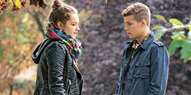 Młodzi wzajemnie zapewnią się o stałości swoich uczuć /Świat Seriali
