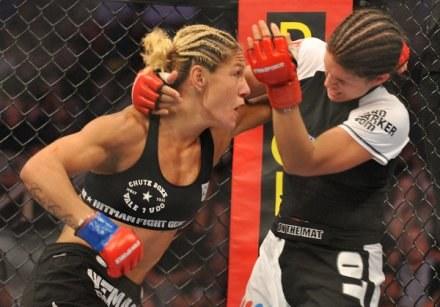 MMA to nie domena mężczyzn. Na zdjęciu Cris Cyborg (L) i Gina Carano /AFP