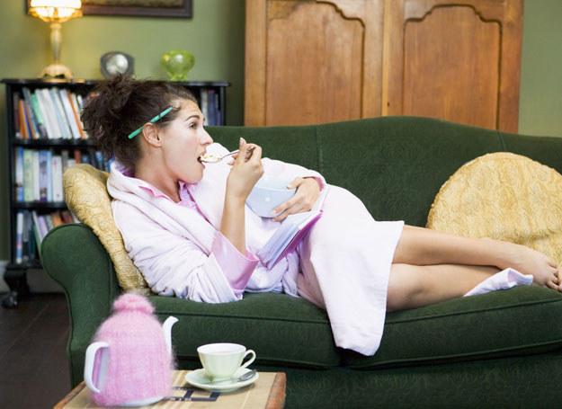 Mniej cukru, mniej tłuszczu – tym kieruj się, wybierając wieczorne przegryzki i napoje /©123RF/PICSEL