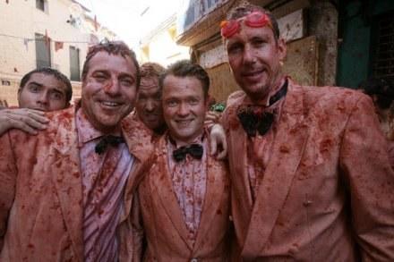 Mniej więcej tak wyglądał prezes Sieny po obrzuceniu pomidorami przez kibiców /AFP