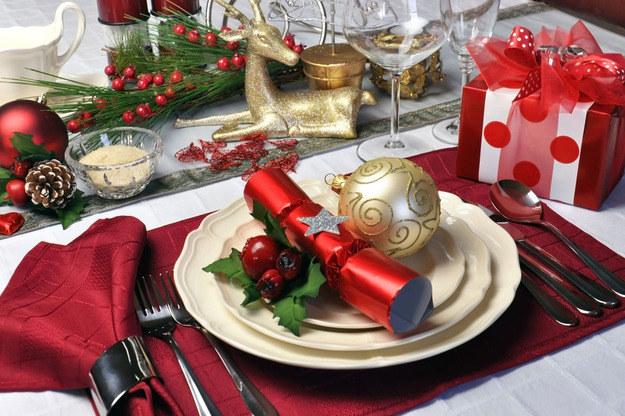 Mnogość sztućców ułożonych przy talerzach może wprowadzić w zakłopotanie /123RF/PICSEL