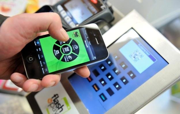 Mobilne płatności stają się coraz bardziej popularne /AFP