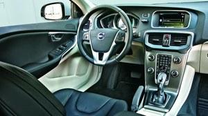 Mocno rozbudowany kokpit V40 przypomina te z innych nowych modeli Volvo. Obsługa jest łatwa i wygodna. Tworzywa i wykończenie - bardzo dobre. /Motor