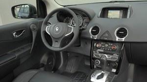 Mocny punkt Koleosa to staranne wykończenie wnętrza i wysokogatunkowe tworzywa. Pozycję za kierownicą i widoczność należy uznać za dobre. /Motor