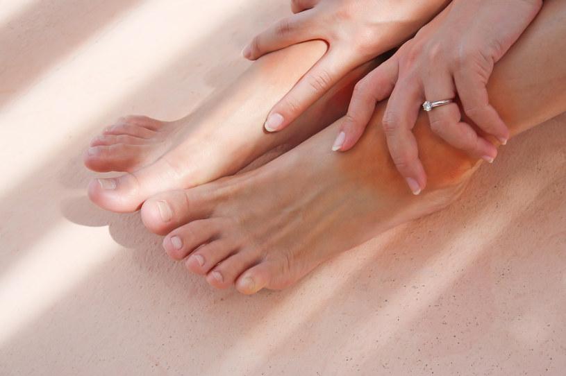 Mocz nogi w wodzie z solą /123RF/PICSEL