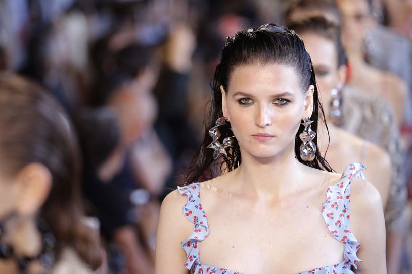 Modelka na pokazie Altuzarra /Getty Images