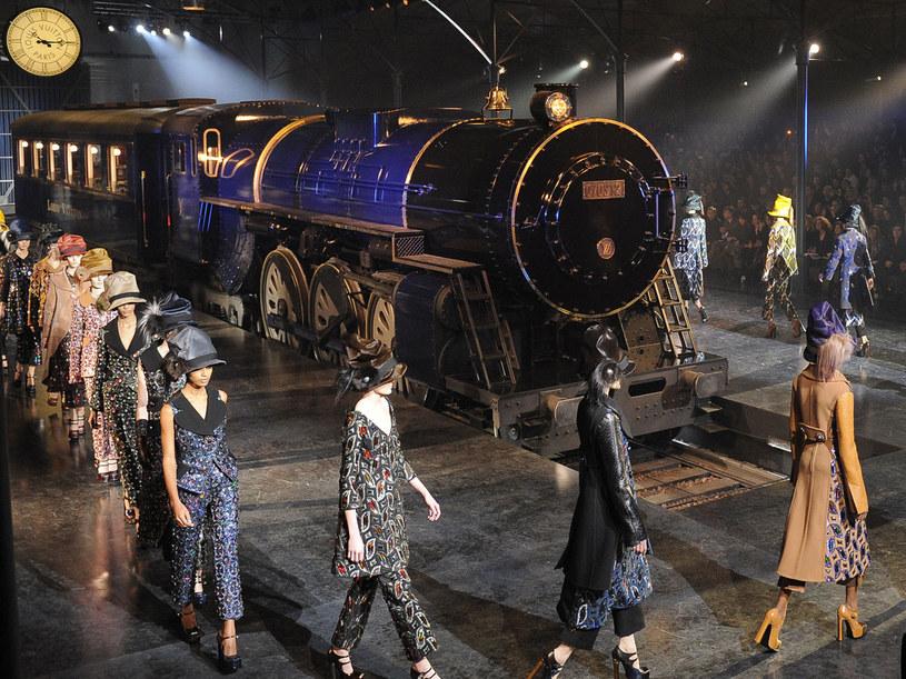 Modelki podczas pokazu wysiadały z pociągu i maszerowały po dworcu kolejowym /Getty Images