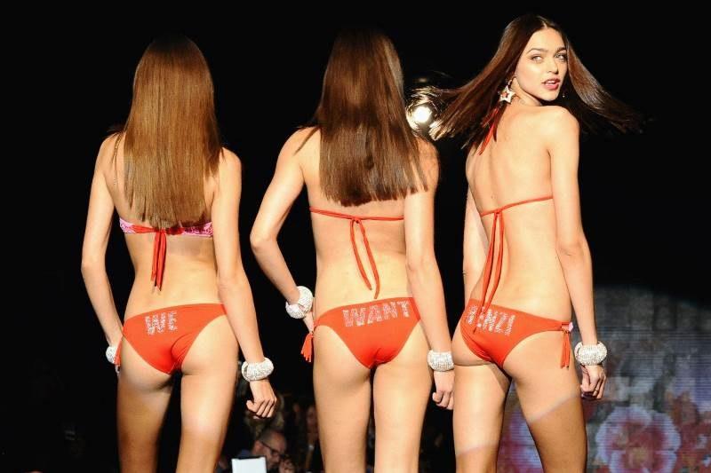 Modelki w trakcie prezentowania bikini /Kikapress/LAURA VILLANI    /PAP