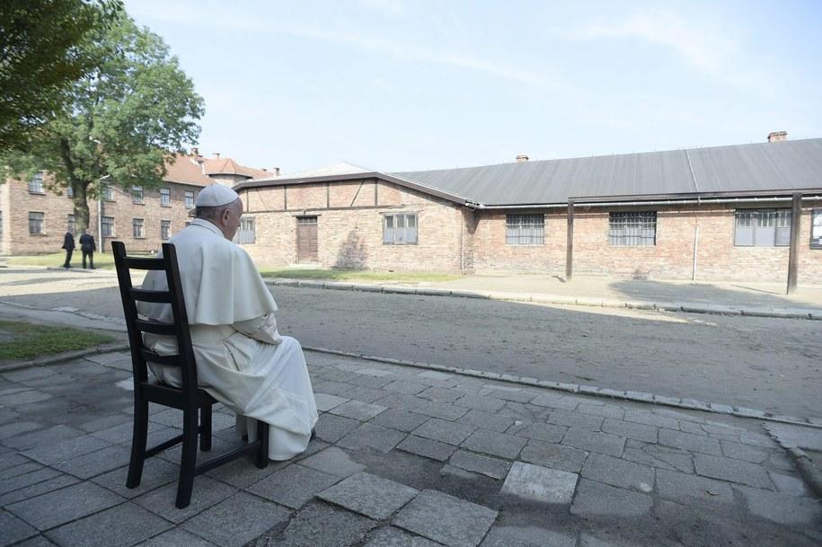 Modlitwa w ciszy /OSSERVATORE ROMANO  /PAP/EPA