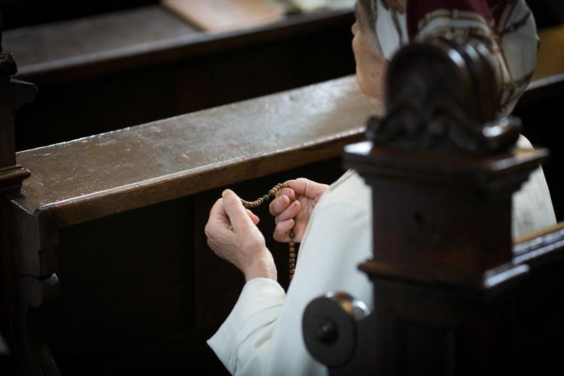 Modlitwa w kościele /Tomasz RYTYCH /Reporter