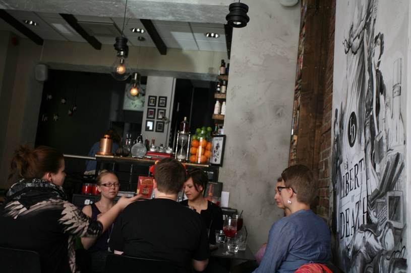 Modny koktajl bar Liberty or Death przyciąga przytulnym, pełnym zakamarków wnętrzem rozświetlonym światłem świec /The New York Times Syndicate