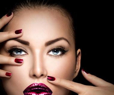 Modny makijaż studniówkowy. Jakich błędów nie popełniać?