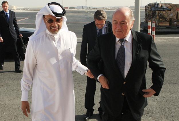 Mohammed Bin Hammam Al-Abdulla (po lewej) z Seppem Blatterem, szefem FIFA /AFP