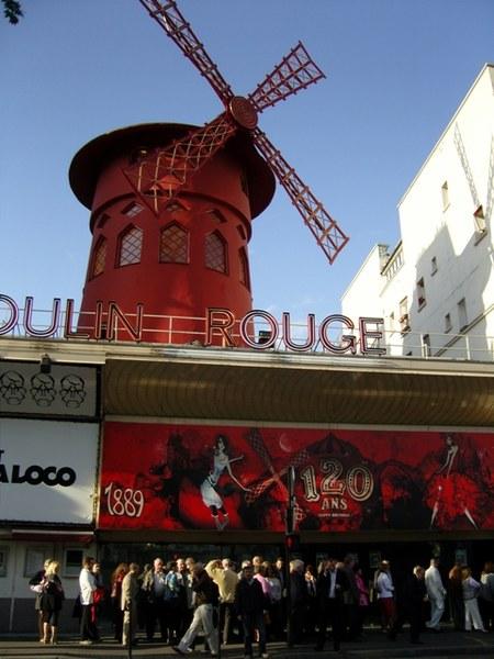 ...A przed Moulin Rouge jak zwykle kolejka...