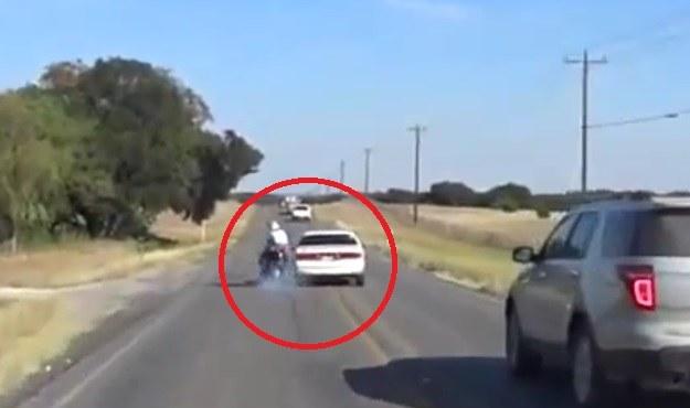 Moment zderzenia motocykla z samochodem /