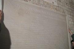 Montaż tablicy pamiątkowej na Wawelu