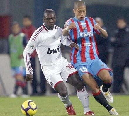 Morimoto (z prawej) w walce z Clarence Seedorfem z AC Milan /AFP