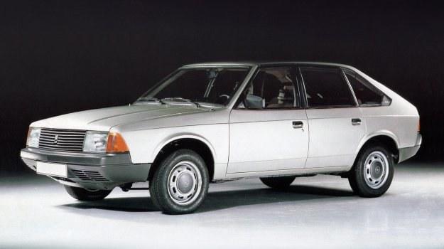 Moskwicz 2141 - pierwszy model nowej rodziny samochodów z przednim napędem. Reflektory wyposażone sa w żarówki halogenowe H4. /AZLK