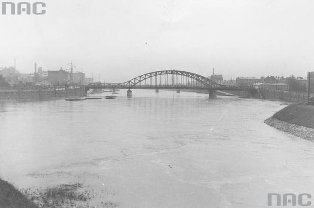 Most Józefa Piłsudskiego na Wiśle w Krakowie - widok ogólny /Z archiwum Narodowego Archiwum Cyfrowego