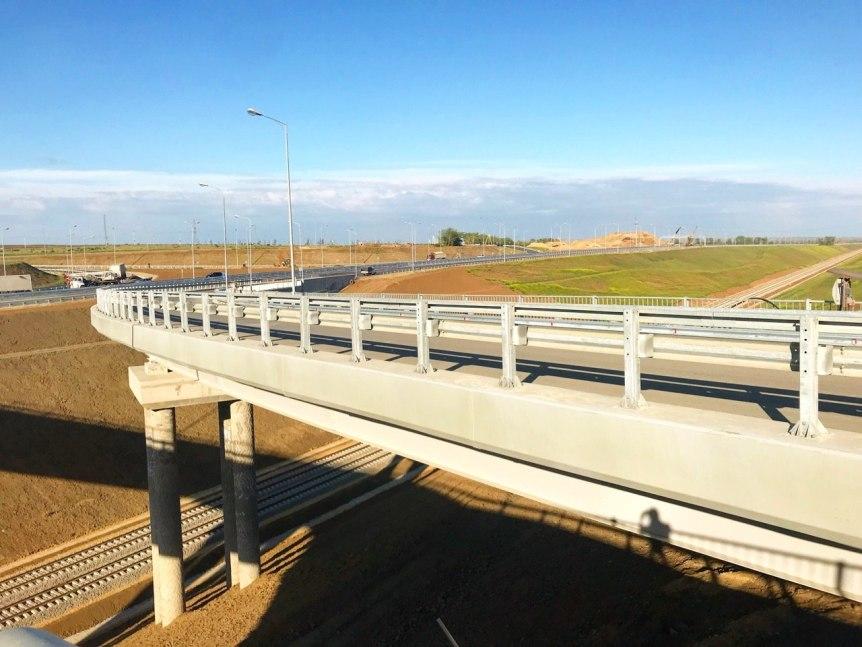 Most, składający się z części drogowej i kolejowej, łączy Krym z krajem krasnodarskim /superomsk.ru /