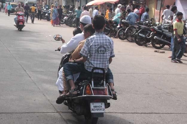 Motocyklami i skuterami jeżdżą czasami całe rodziny /INTERIA.PL