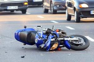 Motocyklista  jest otoczony przez potencjalnych morderców