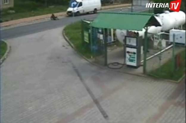 Motocyklista sunął po asfalcie wprost pod  koła auta dostawczego... /