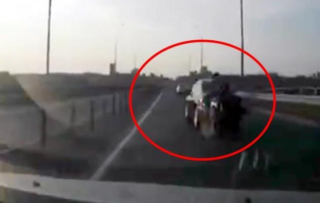 Motocyklista wjechał w bagażnik i... /