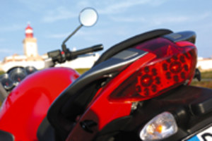 Motocyklista z zagiętą tablicą...