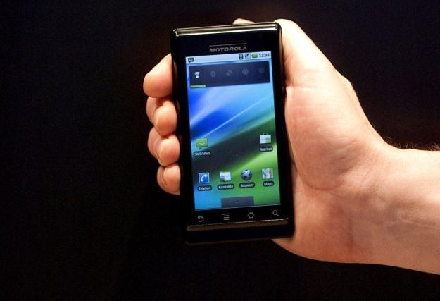 Motorola Milestone - smartfon wykorzystujący system Google Android 2.0 i szansa na comeback Motoroli /AFP