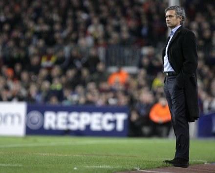 Mourinho na Camp Nou mógł tylko bezradnie spoglądać na grę swoich piłkarzy /AFP