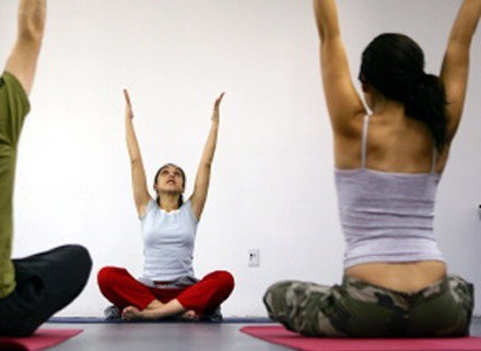 Może joga? /AFP