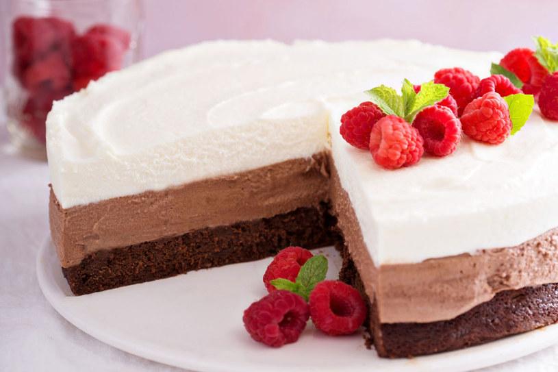 Możesz poprzestać na 3 wartswach i posywapać tort owocami /©123RF/PICSEL