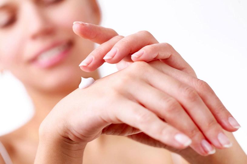 Możesz przywrócić im jednobarwną skórę nie tylko w gabinecie kosmetycznym, gdzie używa się do tego lasera, lecz także w domu za pomocą plasterka cytryny /©123RF/PICSEL