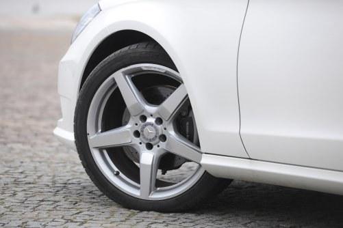 Można mieć pewne zastrzeżenia do tłumienia nierówności (chodzi głównie o takie, jak szyny i wystające studzienki) przez tylne zawieszenie, ale jeśli weźmiemy pod uwagę ekstremalnie wręcz niski profil tylnych opon (285/30 R19), uzyskane rezultaty i tak robią wrażenie. /Auto Moto