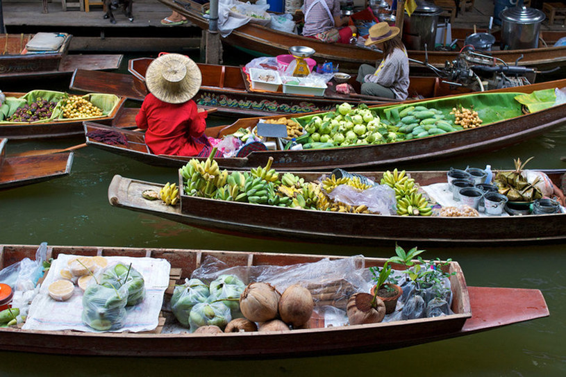 Można popływać łódkami czy tratwami po kanałach i rzekach, pokarmić ryby, które w okolicach świątyń rosną do olbrzymich rozmiarów /Styl.pl/materiały prasowe