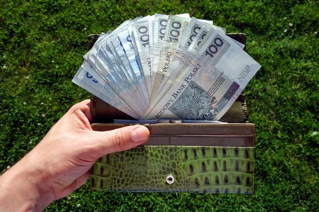 MRPiPS proponuje 2,1 tys. płacy minimalnej /123RF/PICSEL