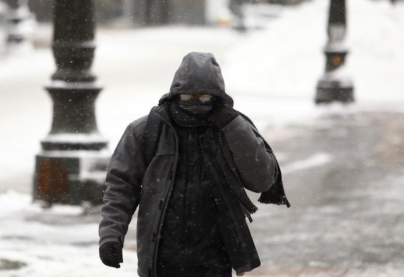 MSW apeluje o rozwagę i zwracanie uwagi na osoby bezdomne i starsze. /AFP