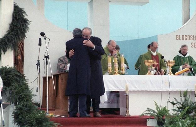 Msza Pojednania w Krzyżowej - kanclerz Niemiec Helmut Kohl i premier Polski Tadeusz Mazowiecki /Karol Małcużyński /East News