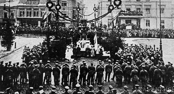 Msza polowa odprawiana po wypędzeniu Niemców pod obalonym pomnikiem Germanii , 05.01.1919 /Danuta Łomaczewska /East News