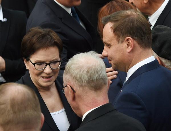 Premier Ewa Kopacz (L) oraz prezydent elekt Andrzej Duda (P) przed rozpoczęciem polowej mszy św. odprawionej przy Pomniku Powstania Warszawskiego