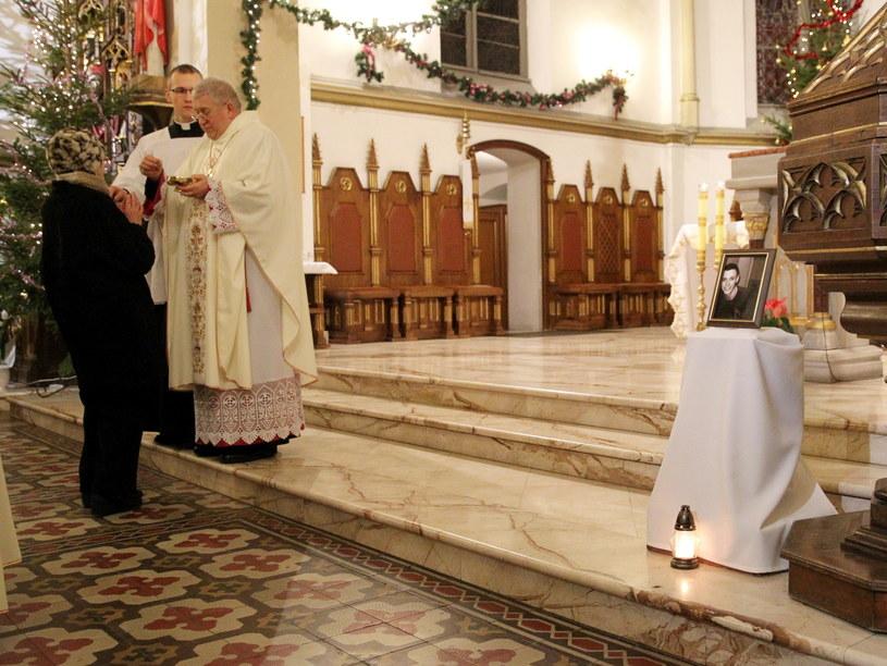 Msza święta w katedrze pw. św. Wojciecha w Ełku, w intencji 21-letnego Daniela /Tomasz Waszczuk /PAP