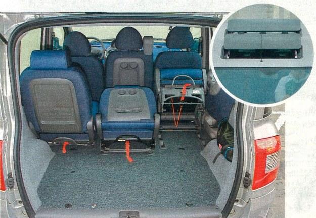 Multipla zmieniła się także z tyłu — inne są lampy i klapa bagażnika.  Bagażnik jest odrobinę za mały (430 l). Na szczęście można łatwo go powiększyć, składając lub wymontowując tylne fotele. Środkowy z nich może pełnić rolę stolika. Dwa odsuwane szklane dachy wymagają dopłaty w wysokości 5000 zł. /Motor