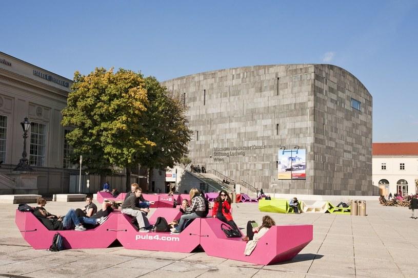 MUMOK, czyli muzeum sztuki nowoczesnej, lepiej niż ze swoich eksponatów jest znany z architektury. Wokół budowli z bloków lawy wulkanicznej, ustawionej wśród klasycystycznych budynków Dzielnicy Muzeów, stoją kolorowe ławy-legowiska. /Agencja FORUM