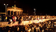 Mur Berliński, tysiące ludzi pod Bramą Brandenburską po obaleniu muru berlińskiego, 9 XI 1989 r /Encyklopedia Internautica