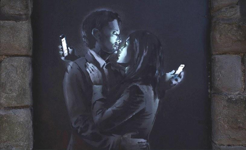 "Mural ""Telefoniczni kochankowie"" autorstwa Banksy'ego /Twitter"
