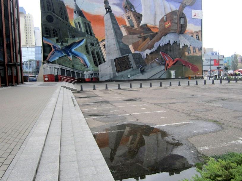 """Mural z  """"łódką"""" przy ul. Piotrkowskiej 153 /Ewelina Karpińska-Morek /INTERIA.PL"""
