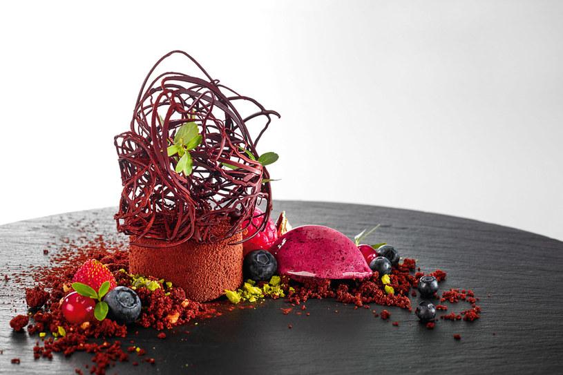 Mus z leśnych jagód z chrupiącą kruszonką czekoladową /materiały prasowe