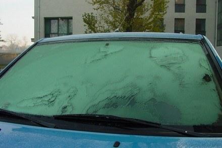 Musisz mieć w samochodzie skrobaczkę do szyb / kliknij /INTERIA.PL