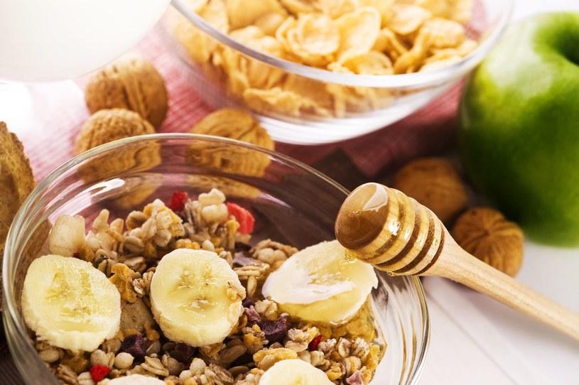 Musli z miodem? Takich śniadań lepiej unikać! /©123RF/PICSEL